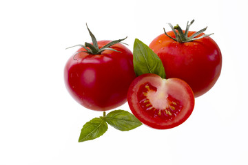 gruppe von drei tomaten mit basilikum
