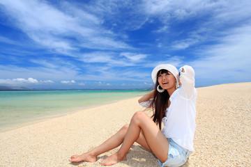 水納島のビーチで遊ぶ女性