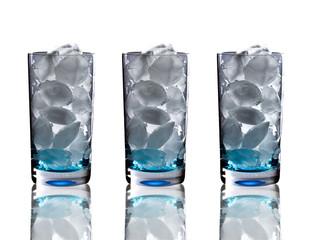 Drei Gläser gefüllt mit Eis