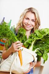 Frau mit Gemüse-Einkauf