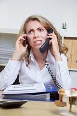 Wütende Geschäftsfrau am Telefon