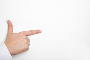 Hand mit ausgestrecktem Daumen und Zeigefinger