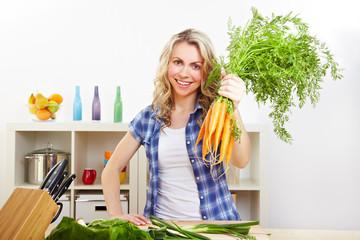 Frau hält Bund Karotten