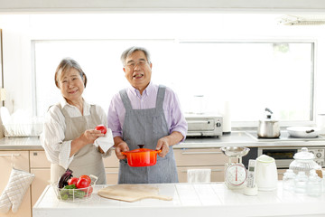 料理するシニア夫婦