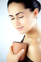 Kobieta z  kubkiem oryginalnej herbaty lub yerba mate