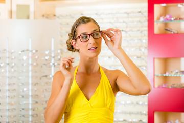 Junge Frau beim Optiker oder Brillengeschäft