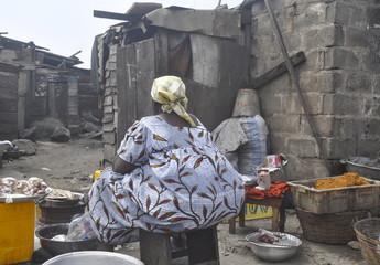Mitten in einem afrikanischen Slum