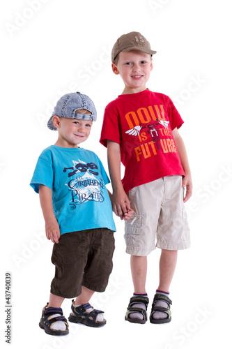 zwei Brüder stehen schüchtern und warten
