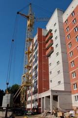 Строительство многоэтажного кирпичного дома.