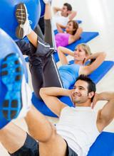Les personnes à la salle de gym