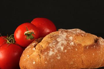 Pan con tomate fondo negro