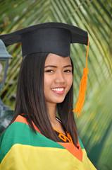 Junge Filipina nach bestandenem Examen