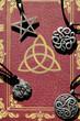 Buch der Schatten + Amulette