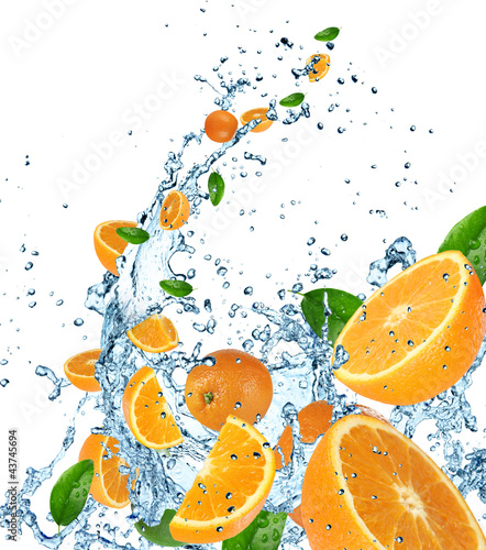 Foto op Canvas Opspattend water Fresh oranges in water splash on white background.