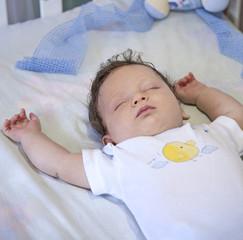 Bimbo che dorme beatamente nella sua culla
