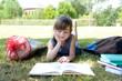 Erstklässlerin lernt im Park