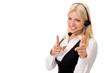 Junge blonde Frau mit Headset deutet mit beiden Zeigefingern