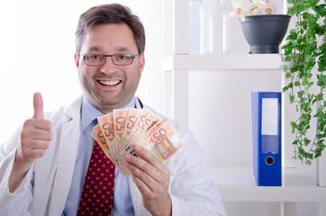 Arzt hält Geldscheine hoch