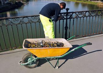 Hombre trabajando en el puente