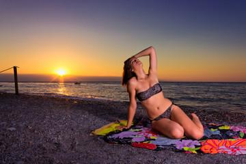 Ragazza all'alba in spiaggia