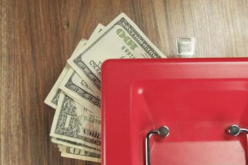 доллары в коробке для хранения