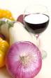 Cipolla rossa e bicchiere di vino