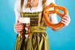 Junge Frau in traditionellem Dirndl oder Tracht