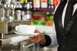Barista bereitet Cappuccino zu in seinem Cafe