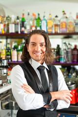 Barista oder Barkeeper hinter der Theke