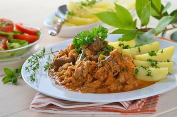 Szegediner Gulasch mit Salzkartoffeln und kleinem Salat