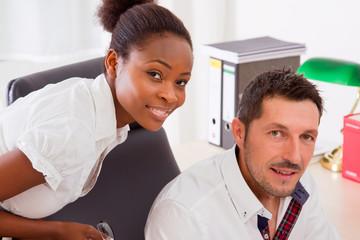 Kollegen - ein Mann - eine farbige Frau