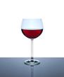 Weinglas zur Hälfte gefüllt