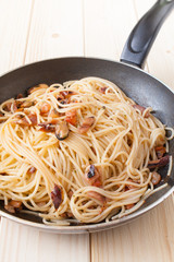 Spaghetti with clams into frying pan