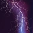 Blitze mit rotem Schein