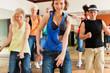 Zumba - junge Leute tanzen in Tanzstudio