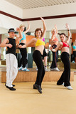 Zumba - junge Leute tanzen in Tanzstudio - 43813836