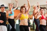 Fototapety Zumba - junge Leute tanzen in Tanzstudio