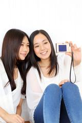 デジカメで自分撮りをする女の子二人