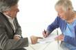 Signature d'un contrat - Personne âgée