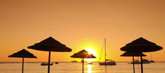 Corse, plage parasols et voiliers