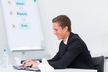 auszubildender arbeitet am laptop