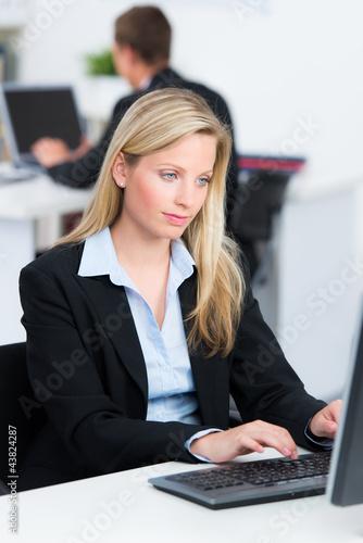 aufmerksam am computer arbeiten