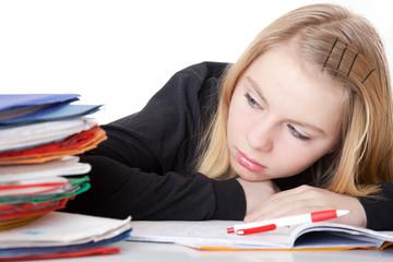 Mädchen Bond bei Hausaufgaben unglücklich