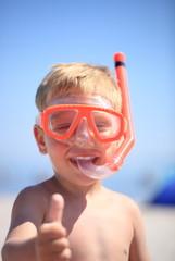 kleiner Junge mit Taucherbrille und Schnorchel
