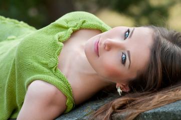 attraktive junge frau in grüner woll-mode