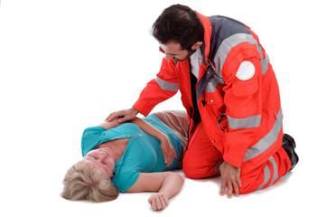 Rettungssanitäter betreut eine Patientin