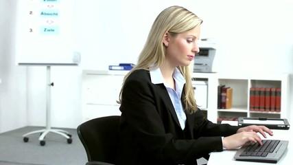 Büroangestellte bei der Arbeit