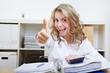 Frau im Büro hält Daumen hoch