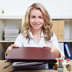 Frau überreicht Bewerbungsmappe