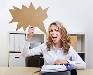 Frau mit gezackter Sprechblase im Büro